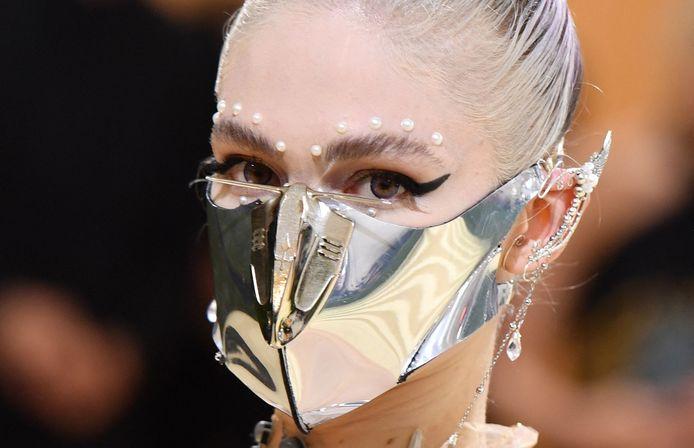 Zangeres Grimes, die met Tesla-baas Elon Musk een zoon heeft, ging voor een futuristisch masker.