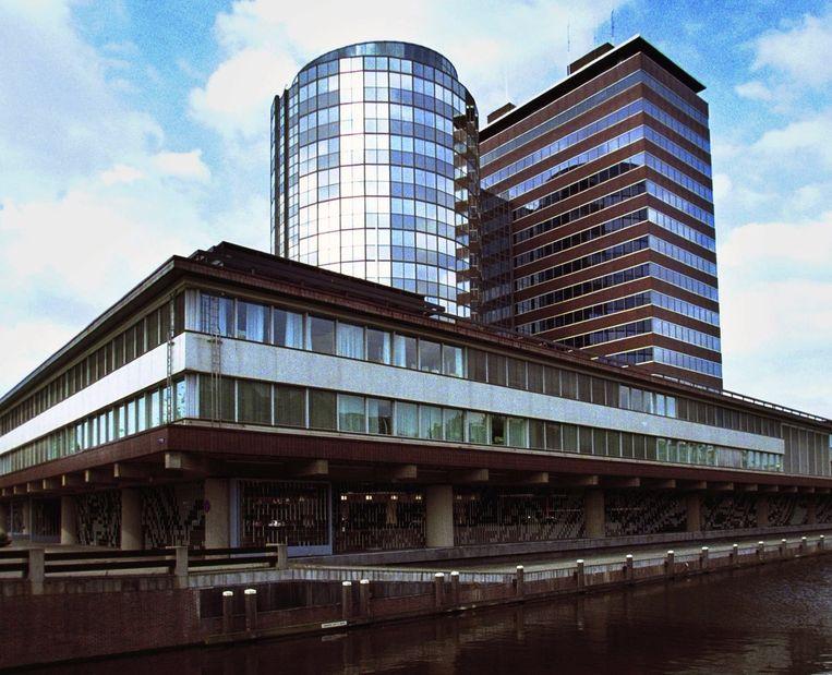 Van der Laan zei dat de bank 'een verschrikkelijk gebouw is daar op die plek'. Beeld anp
