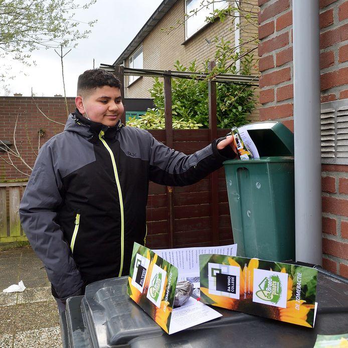 Fouad deelt de pakketjes met zonnebloempitten uit.