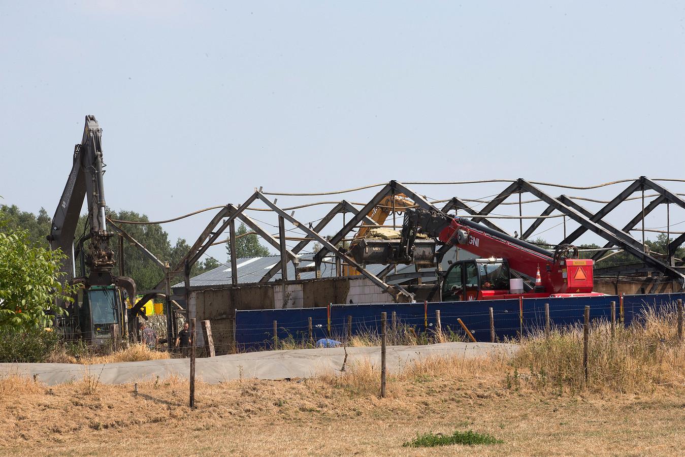 In Didam wordt de varkensstal opgeruimd na een brand.