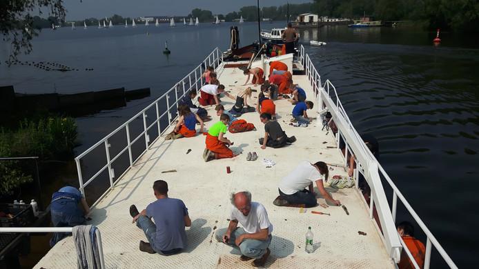 De zeeverkenners schuren het dek van het moederschip