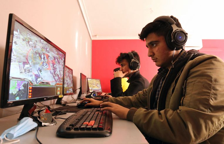 Jongeren spelen een online multiplayer-game in een internetcafé in de hoofdstad van Iran, Teheran. Beeld AFP
