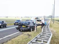 Twee auto's en vrachtwagen klappen op elkaar op N50 bij Kampen