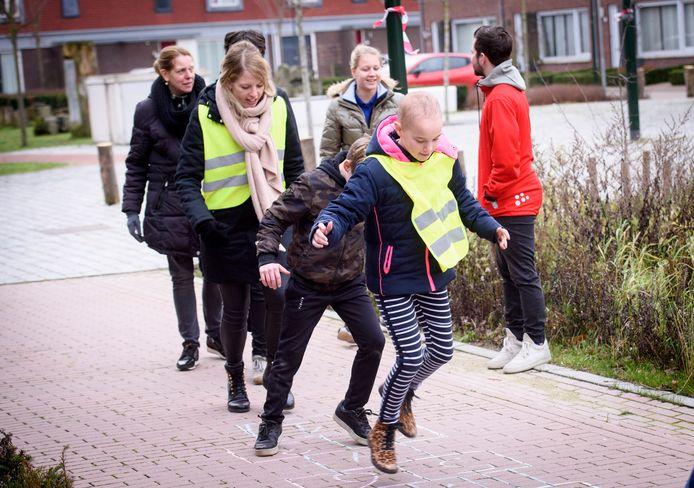 Groepen 4 en 6 van basisschool de Klimop deden de aftrap van de nieuwe beleveniswandeling in Reusel.