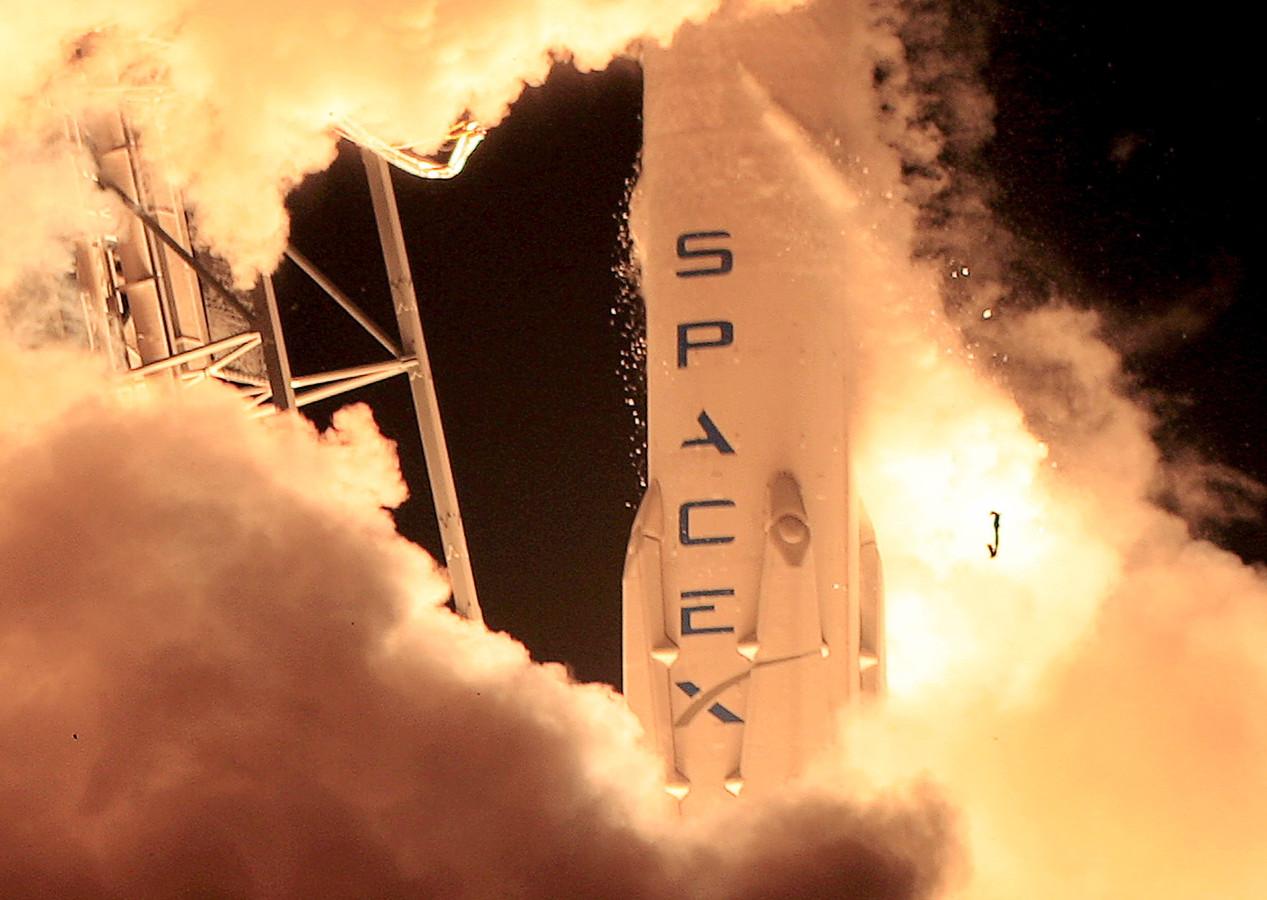 Beeld van een lancering van een SpaceX Falcon 9-raket.