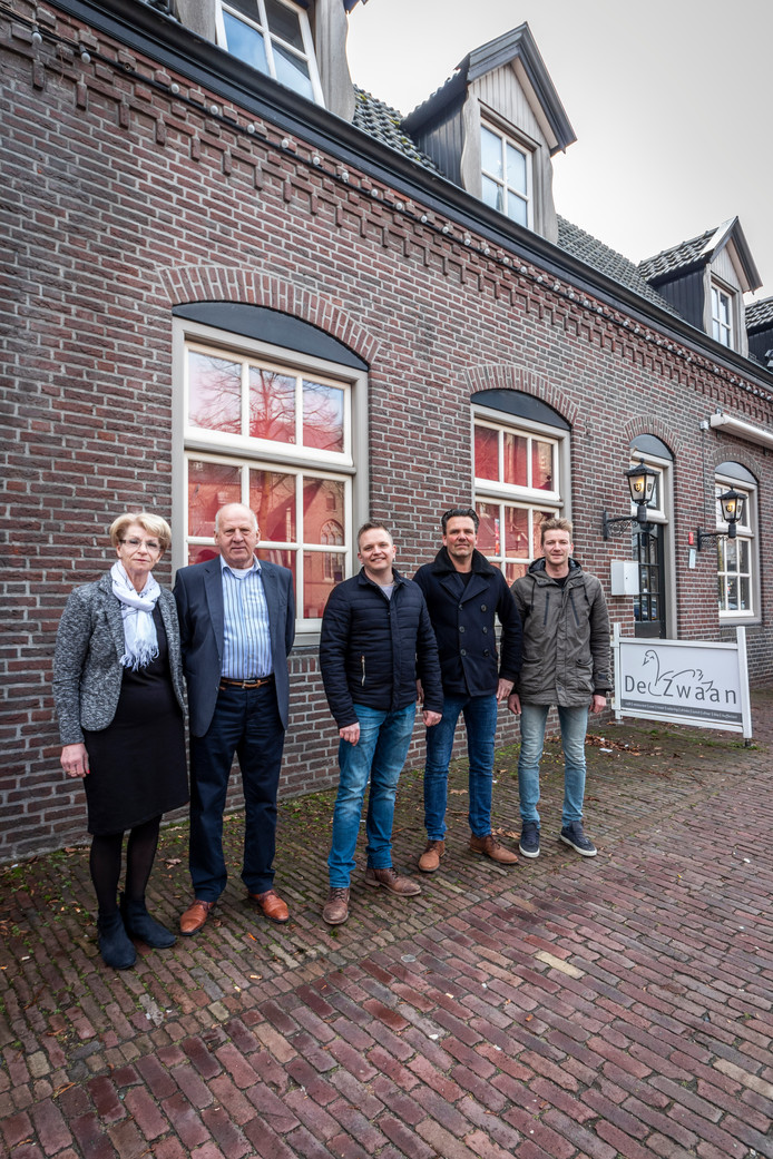 Riet en Hans Vermulst (vorige eigenaars), Bernard van den Heuvel, Arno Nooyen en Carlo van Horssen (vlnr).