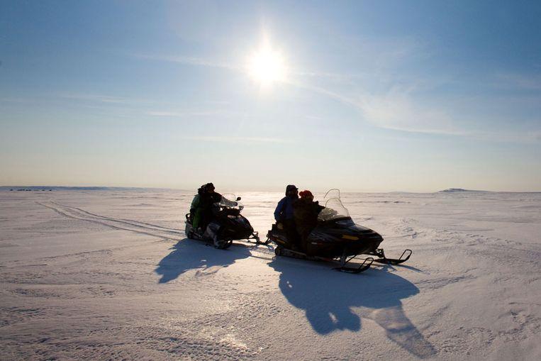 Een sneeuwscooter in het Arctisch gebied (Noord-Canada). (AP) Beeld
