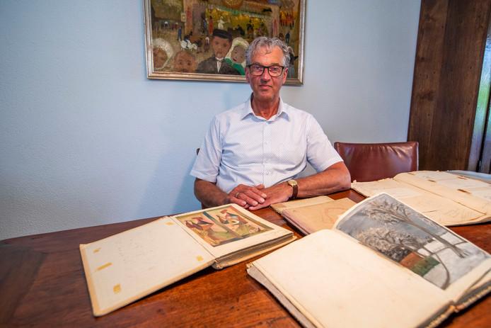 Jacques Welp met de boeken van zijn oma, Catrien Welp van kunsthandel 't Geveltje.