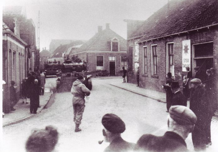 Poolse tanks, voertuigen en troepen trekken door Goor.
