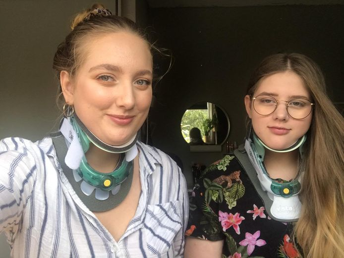 Jane en Rosa dragen een kraag die hun nek stevigheid biedt.