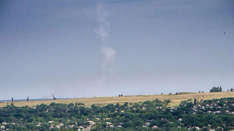De condensatiestreep van de raket die MH17 vermoedelijk uit de lucht schoot. Beeld @Wowihay