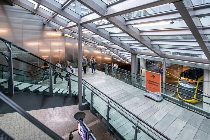 De veelbesproken trap ligt aan de centrumzijde, aan de oostkant van het station, vlakbij het Moreelsepark.