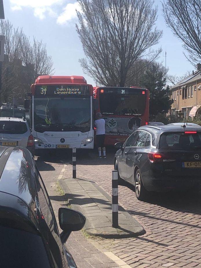 Twee bussen van EBS zitten vast in de Hortensiastraat in Monster. Archieffoto.