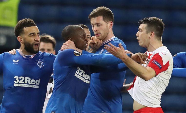 Glen Kamara (midden) van Rangers FC reageert furieus na een racistische opmerking van Slavia Praag-speler Ondrej Kúdela. Beeld EPA