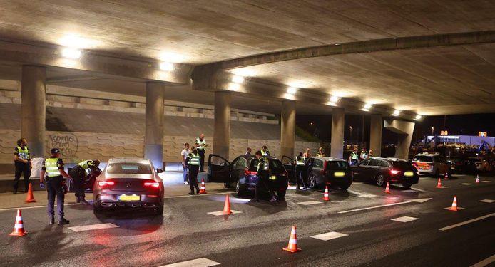 De politie controleerde zaterdagavond urenlang auto's rondom fruitbedrijf De Groot in Hedel.