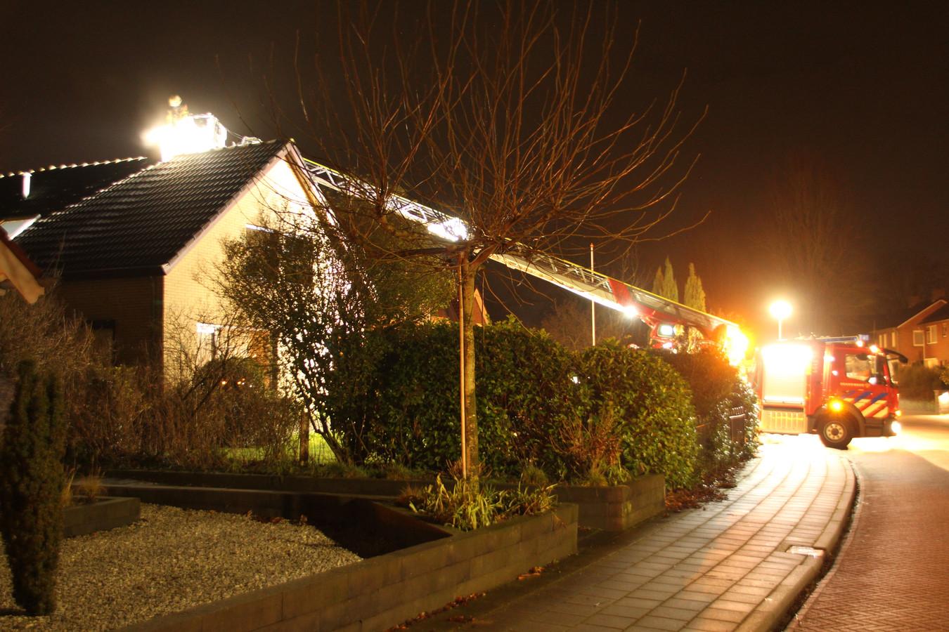 De brandweer zette onder meer een hoogwerker in.