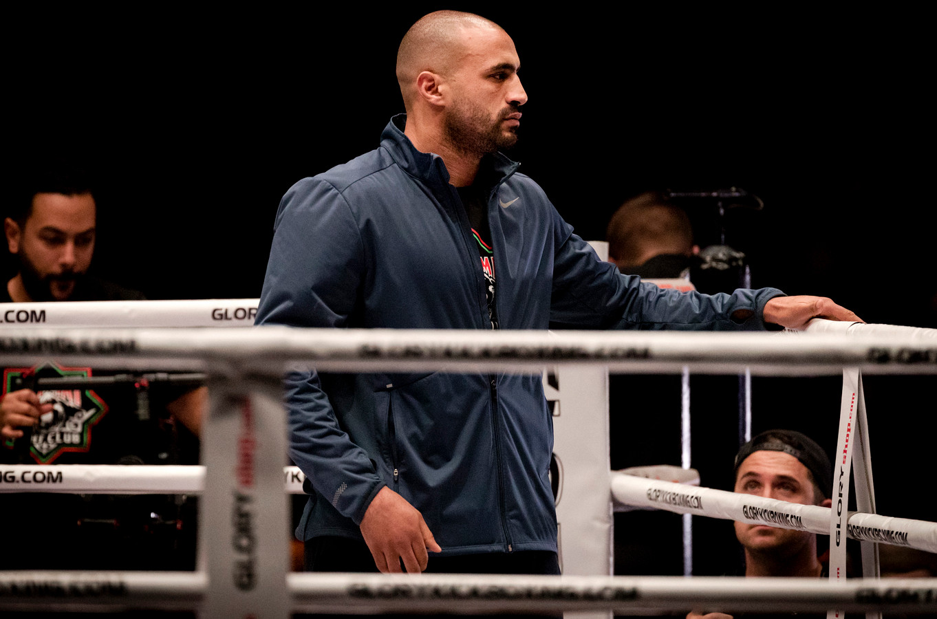 Badr Hari neemt een kijkje in de ring.