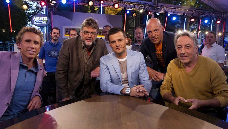 De tafelgasten van Tour du Jour, met in het midden presentator Wilfred Genee. Beeld anp