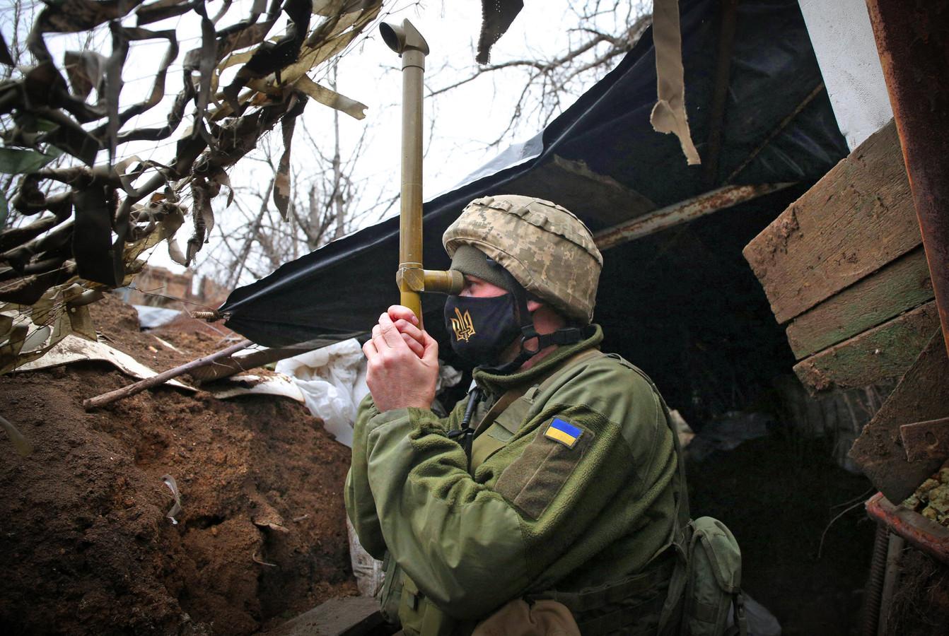 Een militair uit het Oekraïnse leger in een loopgraaf bij  Marinka in de regio Donetsk.
