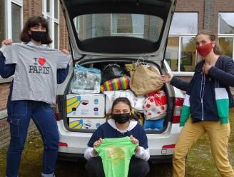 Leerlingen Regina Caelilyceum doneren 1.009 T-shirts aan kringloopwinkel