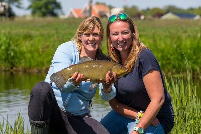 Paula Petiet (links) en Nathalie van den Berg presenteren dit jaar weer een nieuw seizoen van De Visvrouwen