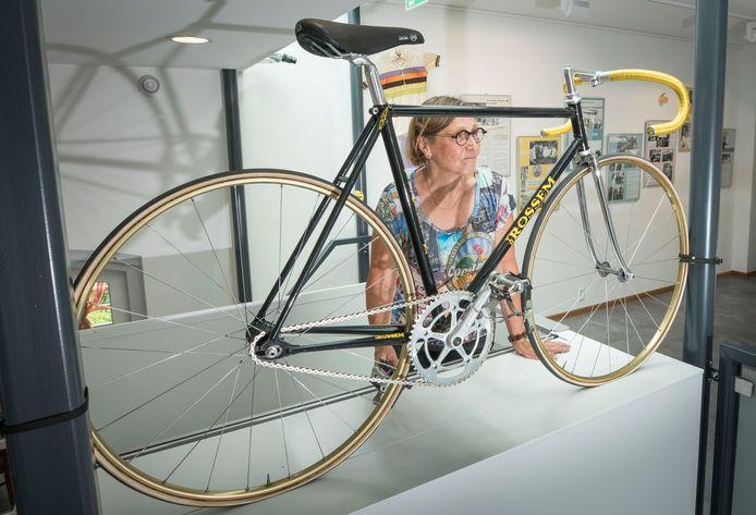 Keetie van Oosten-Hage bij een tentoonstelling in Sint-Annaland bij de fiets waarmee ze het werelduurrecord reed.