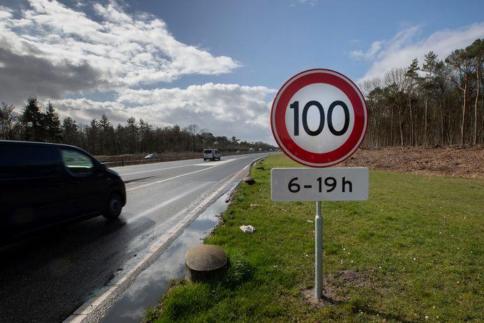 100 kilometer per uur: dat is de snelheid die je tussen 06.00 uur en 19.00 uur moet aanhouden op de Nederlandse snelwegen.