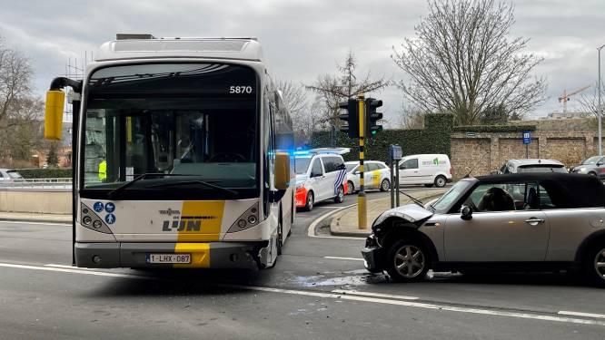 Baby op lijnbus gewond bij botsing met Mini Cooper