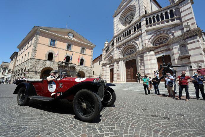 Een Lancia Lambda Torpedo uit 1928 komt aan in Grosseto.