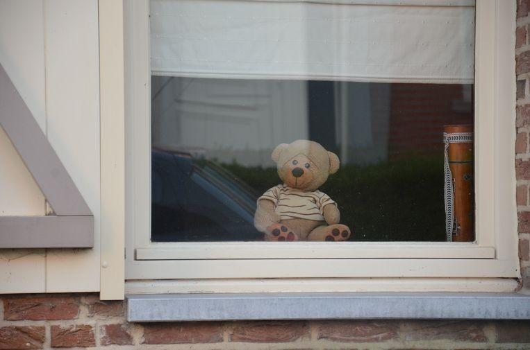 Wellenaren plaatsen een teddybeer voor hun venster - Kerkstraat