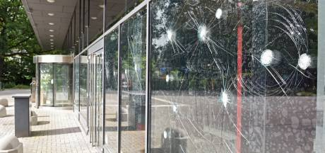 Verwarde vrouw vernielt ruiten gemeentehuis Oosterhout