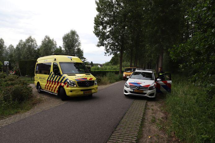 Man valt van scooter in Liempde, omstanders ontfermen zich over hem.