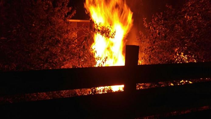 Bij een woning aan De Maatjes heeft vrijdagavond brand gewoed in de achtertuin.