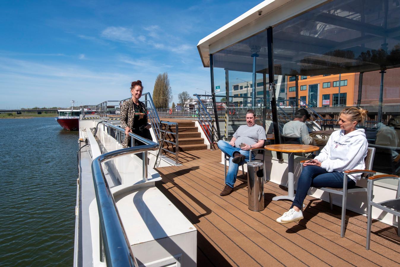 Arnhem wil daklozen aan een huis of een kamer helpen en met minder plaatsen in de opvang toe. Dat betekent dat het einde nadert van cruiseschip de Serenade als tijdelijke daklozenopvang. Archieffoto: Gerard Burgers