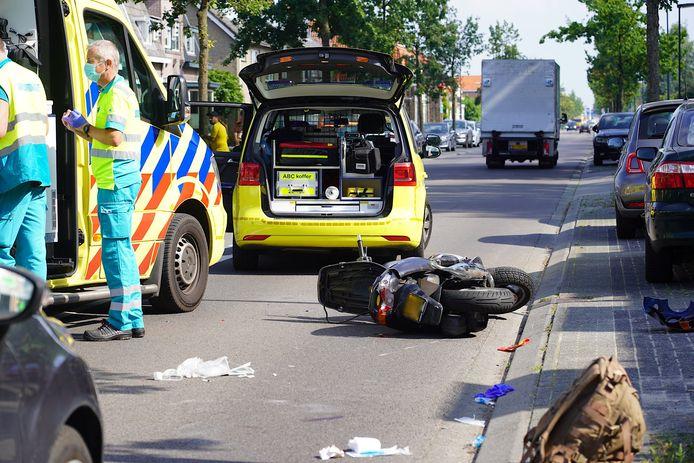 Een scooterrijder komt hard ten val op de Tilburgseweg in Breda.