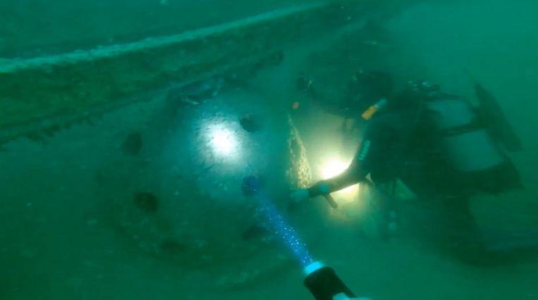 Een duiker verkent het kunstmatig rif.
