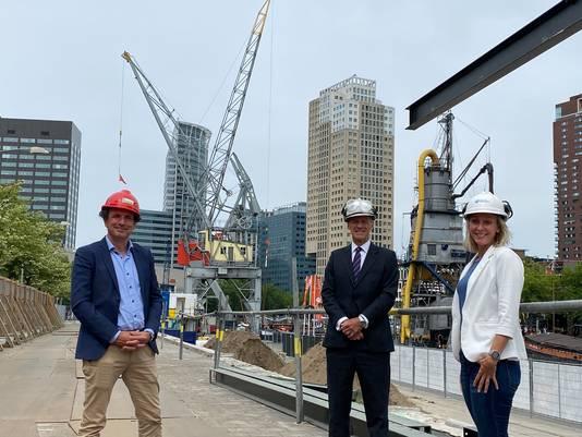 Bij het slaan van de eerste paal was vanwege de coronarichtlijnen een select gezelschap aanwezig: museumdirecteur Bert Boer, topman Allard Castelein van het Havenbedrijf Rotterdam en havenvlogger Marieke de Werker (v.l.n.r.).