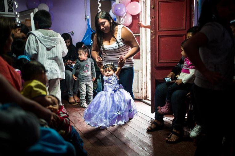 Een moeder en een dochter in Santiago, Chili. Beeld Jonas Wresch
