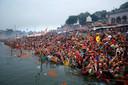 Hindoes uit Allahbad bidden en voeren rituelen uit bij de Yamuna rivier tijdens het Chhath festival. Foto Rajesh Kumar Singh