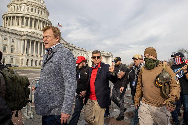 Voormalig generaal Michael Flynn (midden) bij een protest in Washington. Beeld Getty Images