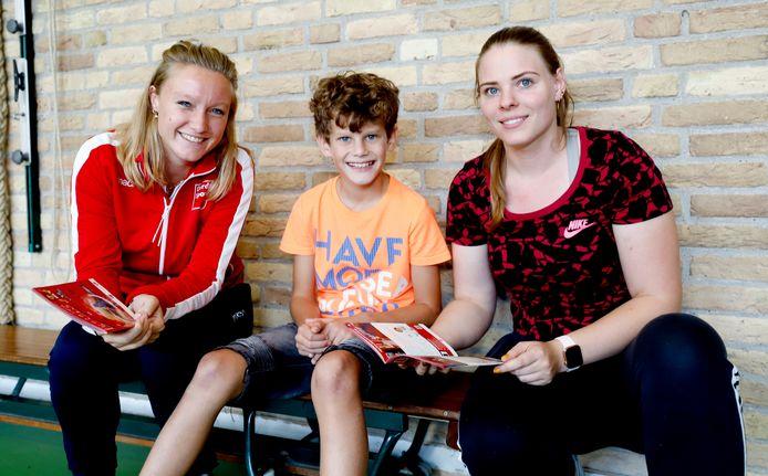 V.l.n.r.: Een sportregisseur van Dordt Sport en een leerling en sportjuffrouw van de Prinses Julianaschool tijdens de lancering van het nieuwe platform Sporten met Luuk.