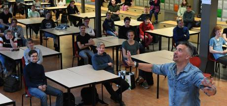 Guido Weijers maakt leerlingen van zijn oude Boxmeerse school gelukkiger, als het goed is