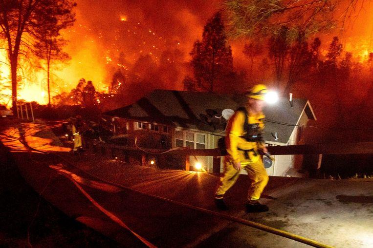 Een brandweerman bestrijdt het vuur in Napa County, Californië. Beeld AP