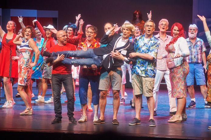 Scene uit de laatste Udense Musical uit 2018 met onder andere de 'Udense' Addy van den Crommenacker bij HoutBrox.