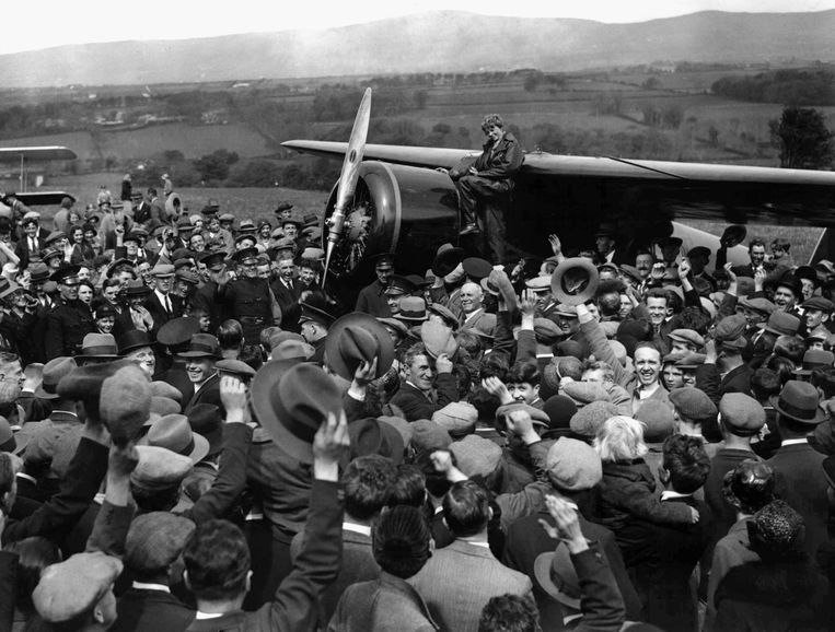 De menigte juicht Amelia Earhart toe, de eerste vrouw die in haar eentje de Atlantische Oceaan overvloog. op 22 mei 1932. Beeld AP