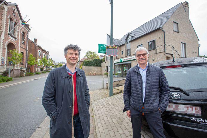 Mobiliteitsschepen Emmanuel de Béthune en burgemeester Wim Goossens, beiden CD&V, bij één van de nieuwe borden die deze week werden geplaatst.