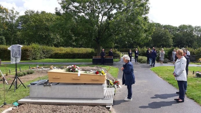 Mensen brengen een laatste groet aan de overleden vrouw.