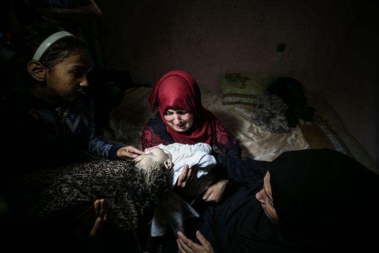 Familieleden rouwen om de dood van de acht maanden oude Layila al-Ghandour, die omgekomen zou zijn na het inhaleren van traangas in Gaza. Beeld EPA