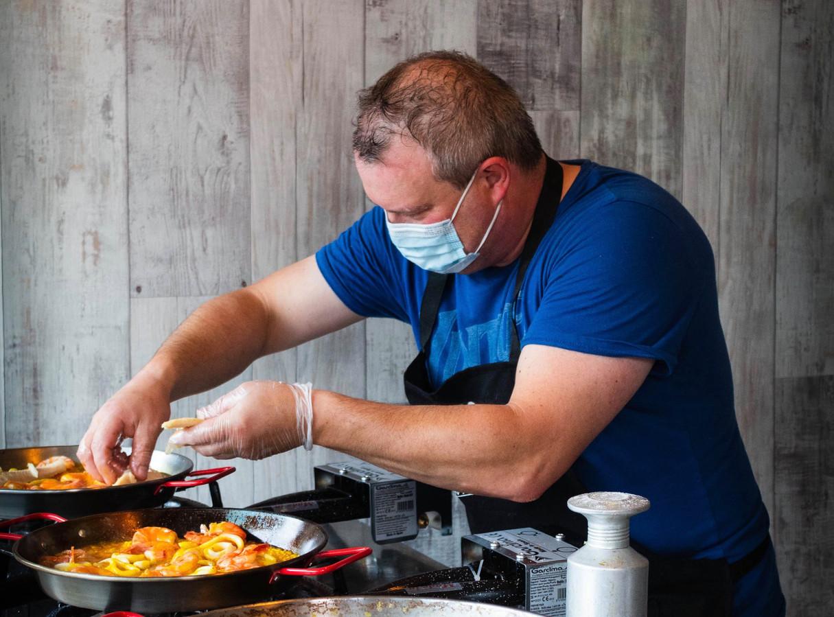Amazing BBQ is ook gespecialiseerd in paella. De chef aan het werk