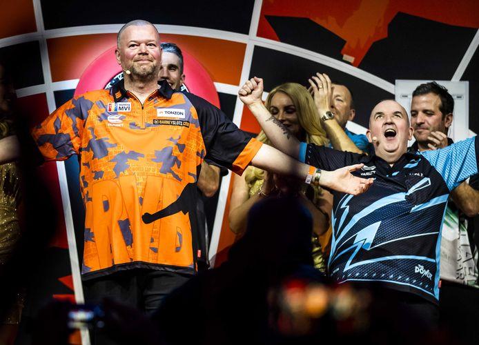 Raymond van Barneveld tijdens zijn afscheidsfeest. Rechts Phil Taylor, achter 'Barney' Robin van Persie en Rafael van der Vaart (rechts).